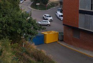 El carrer tallat pels contenidors